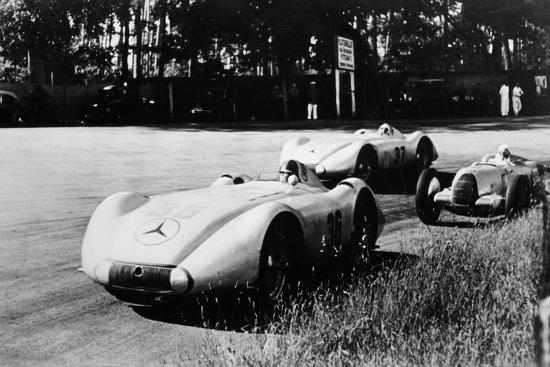 mercedes-streamliner-cars-competing-in-the-avusrennen-berlin-1937
