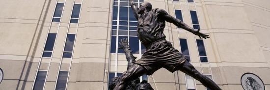 michael-jordan-statue-united-center-chicago-illinois-usa
