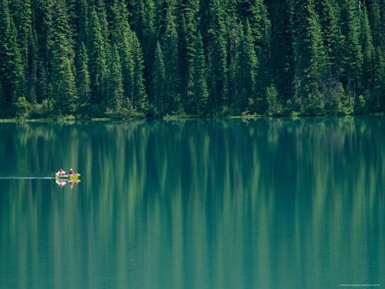 michael-melford-canoeing-on-still-water-of-yoho-national-parks-emerald-lake