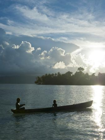 michael-runkel-boys-in-a-canoe-in-backlit-in-the-marovo-lagoon-solomon-islands-pacific