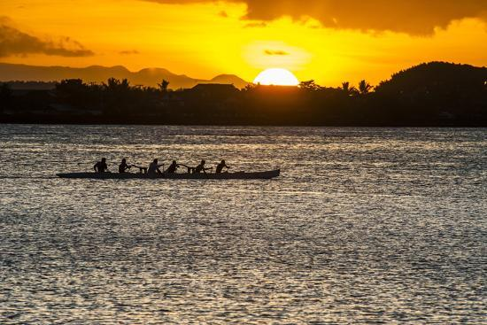 michael-runkel-evening-rowing-in-the-bay-of-apia-upolu-samoa-south-pacific
