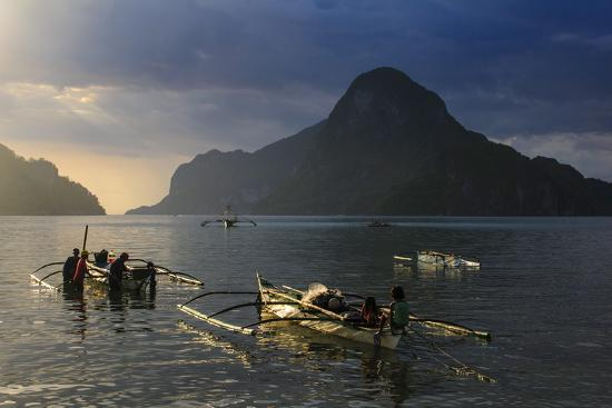 michael-runkel-outrigger-boat-at-sunset-in-the-bay-of-el-nido-bacuit-archipelago-palawan-philippines