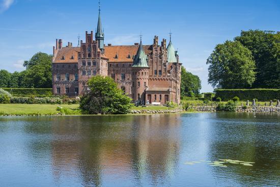 michael-runkel-pond-before-the-castle-egeskov-denmark
