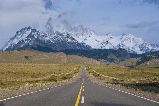 michael-runkel-road-leading-to-mount-fitzroy-near-el-chalten-patagonia-argentina-south-america