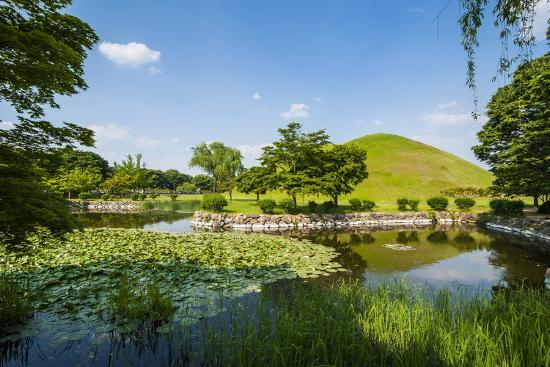 michael-tumuli-park-with-its-tombs-from-the-shilla-monarchs