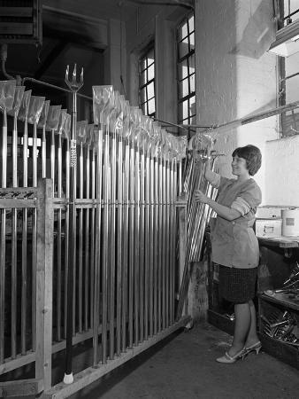 michael-walters-packing-garden-forks-for-dispatch-brades-tools-sheffield-south-yorkshire-1966