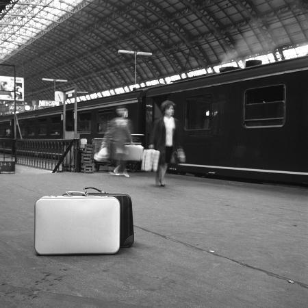 michael-walters-travellers-on-a-platform-centraal-station-amsterdam-netherlands-1963