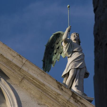 mike-burton-scuola-grande-di-san-fantin-venice-architectural-detail-of-angel-with-wings-above-pediment-1600