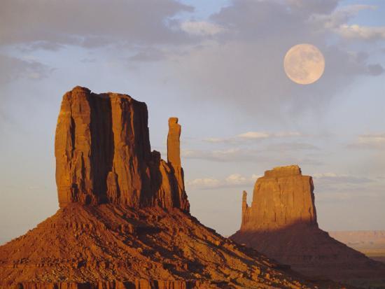 mitten-butte-rocks-monument-valley-arizona-usa