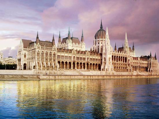 miva-stock-parliament-building-and-danube-river-budapest-hungary