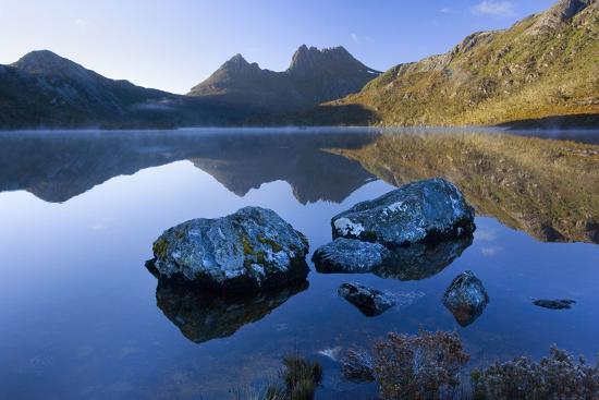 mountain-scenery-dove-lake-in-front-of-massive