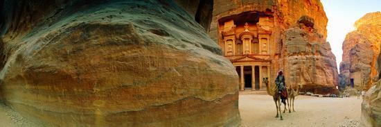 narrow-passageway-at-al-khazneh-petra-jordan