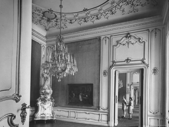 nat-farbman-elaborate-crystal-chandelier-hanging-from-ceilings-in-kuntshistoriche-museum