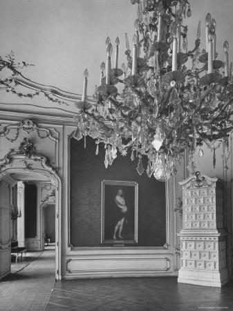 nat-farbman-elaborate-crystal-chandeliers-hanging-from-ceilings-in-kunsthistoriches-museum