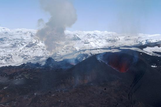 natalie-tepper-erupting-eyjafjallajokull-volcano-and-newly-built-cinder-cone-southern-iceland