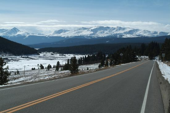 natalie-tepper-tennessee-pass-a-mountain-road-that-crosses-the-continental-divide-colorado-usa