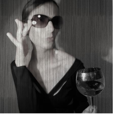 naxart-loren-with-wine