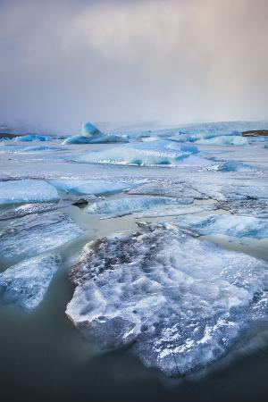 neale-clark-frozen-icebergs-in-the-frozen-waters-of-fjallsarlon-glacier-lagoon-south-east-iceland-iceland