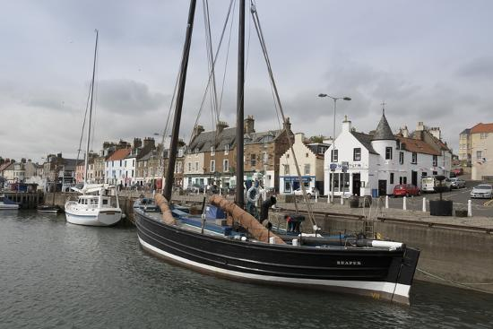 nick-servian-sailing-herring-drifter-moored-in-harbour-anstruther-fife-coast-scotland-united-kingdom