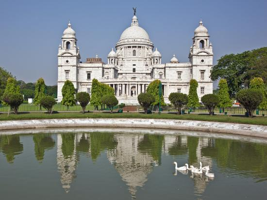 nigel-pavitt-magnificent-victoria-memorial-building-with-its-white-marble-domes-was-built-to-commemorate-queen-v