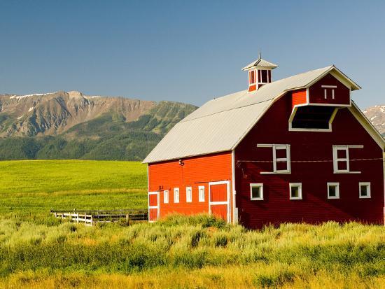 nik-wheeler-wallowa-mountains-and-white-barn-in-field-near-joseph-wallowa-county-oregon-usa