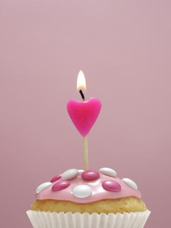 nikky-muffin-icing-pink-chocolate-beans-candle-heart-form-burn-detail
