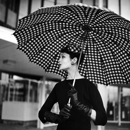 nina-leen-checked-parasol-new-trend-in-women-s-accessories-used-at-roosevelt-raceway