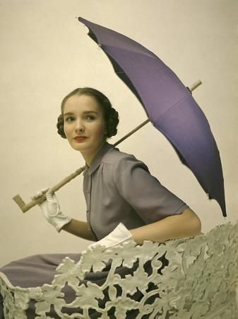 nina-leen-parasols