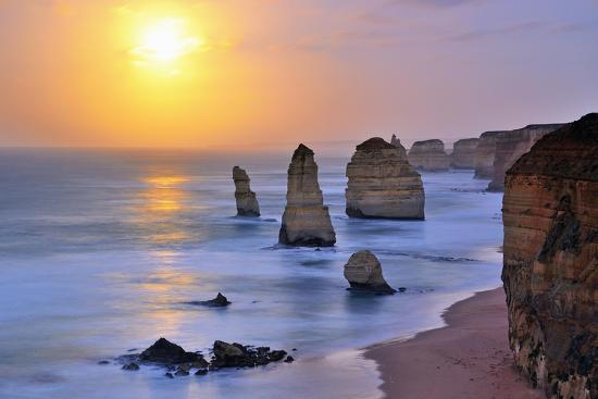 nokuro-moonset-over-twelve-apostles-in-victoria-australia