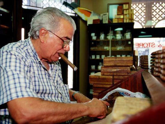 oliver-strewe-cigar-roller-at-work-tampa-u-s-a