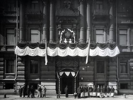 palace-square-decorated-for-the-celebration-of-the-tercentenary-of-the-romanov-dynasty-in-1913