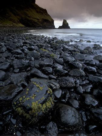 patrick-dieudonne-black-boulder-rocks-in-talisker-bay-isle-of-skye-inner-hebrides-scotland-united-kingdom-europe
