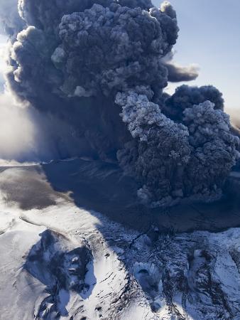 paul-souders-eyjafjallajokull-volcano-erupting-in-iceland