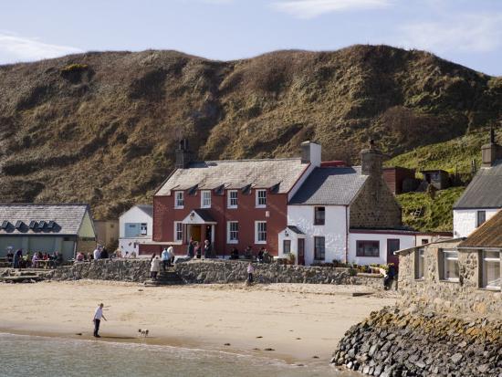 pearl-bucknall-ty-coch-inn-on-beach-at-porth-dinllaen-village-in-bay-on-lleyn-peninsula-north-wales-uk