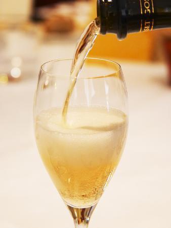 per-karlsson-champagne-flute-with-gosset-grand-reserve-champagne-restaurant-les-berceaux-patrick-michelon