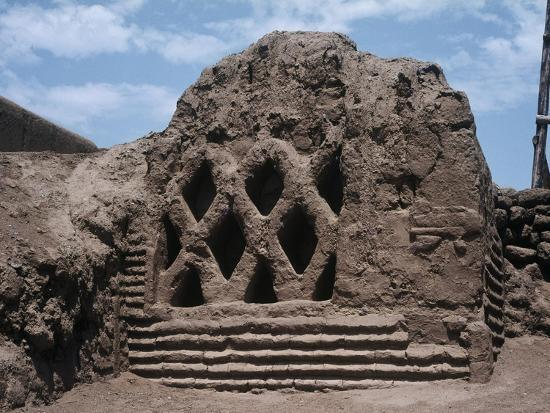 peru-la-libertad-wall-carvings-at-chan-chan-archaeological-site