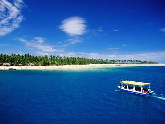 peter-hendrie-boat-in-lagoon-plantation-island-resort-fiji