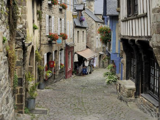 peter-richardson-ancient-cobbled-street-and-houses-rue-du-petit-fort-dinan-cotes-d-armor-brittany