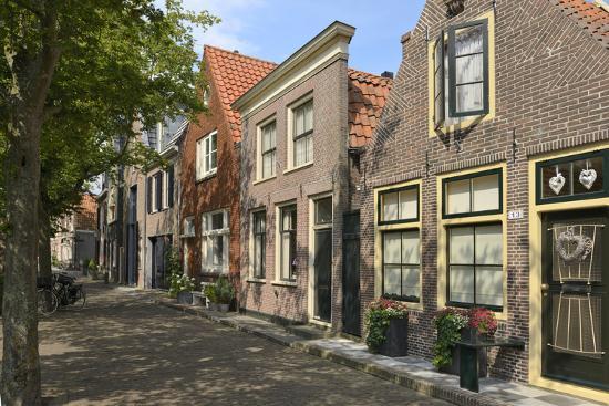 peter-richardson-street-of-uniquely-individual-dutch-houses-zuider-havendijk-enkhuizen-north-holland-netherlands