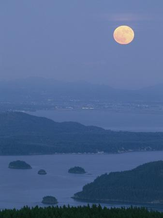 phil-schermeister-full-moon-shines-above-anacortes