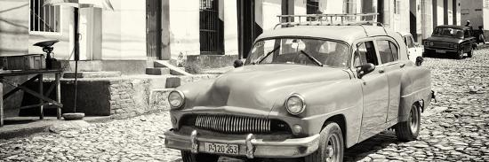 philippe-hugonnard-cuba-fuerte-collection-panoramic-bw-old-taxi-in-trinidad