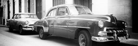 philippe-hugonnard-cuba-fuerte-collection-panoramic-bw-two-old-classic-cars