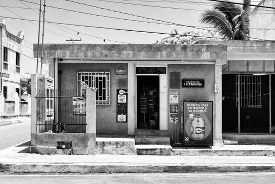 philippe-hugonnard-viva-mexico-b-w-collection-la-esquina-supermarket-cancun