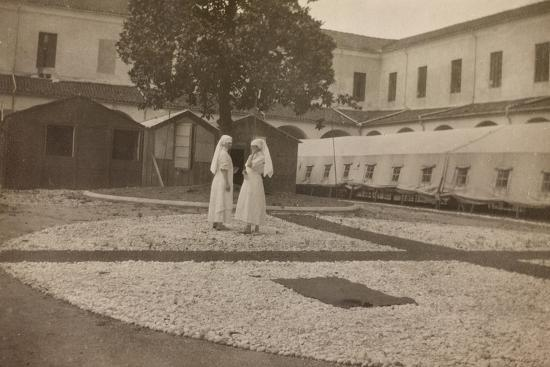 pictures-of-war-ii-red-cross-nurses-in-the-courtyard-of-the-orphanage-vicenza