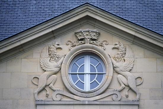 porthole-with-rampant-lions-louvois-castle