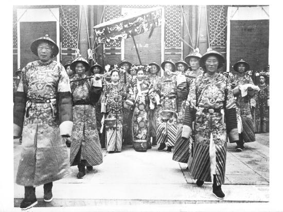 portrait-of-tz-u-hsi-empress-dowager-of-china-with-ladies-in-waiting-and-guards