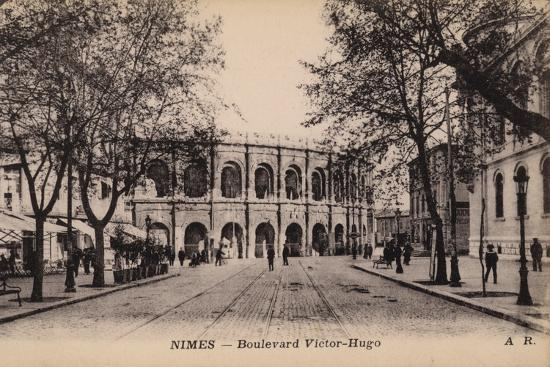postcard-depicting-the-boulevard-victor-hugo-and-the-roman-amphitheatre