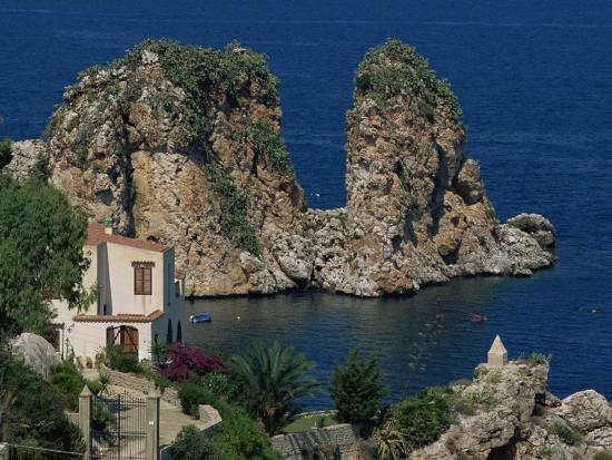 pottage-julian-rocks-towering-in-golfo-di-castellammare-slopello-sicily-italy-europe