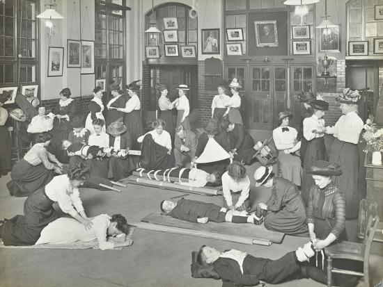 practical-first-aid-class-for-women-blackheath-road-evening-institute-1914