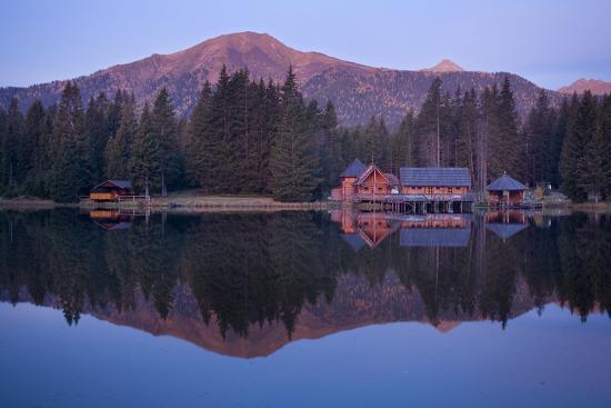 rainer-mirau-austria-styria-rottenmanner-tauern-lake-shore-framehouses-mountain-scenery-panorama